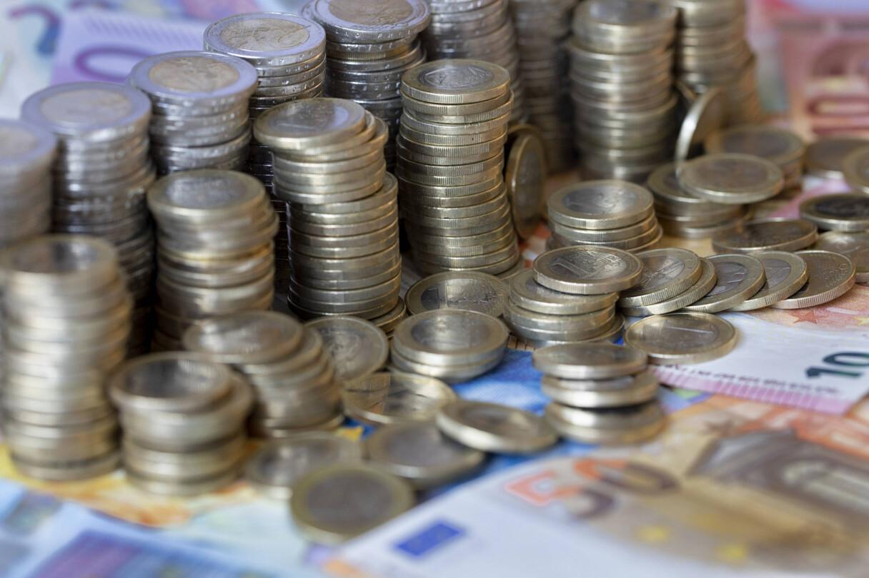 Pērn vidējā alga Latvijā augusi par 7,2%, sasniedzot 1076 eiro