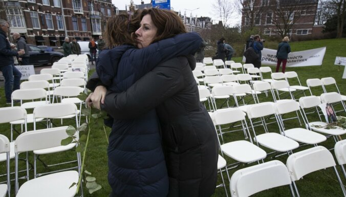 298 tukši krēsli: MH17 upuru tuvinieki protestē pret Krieviju