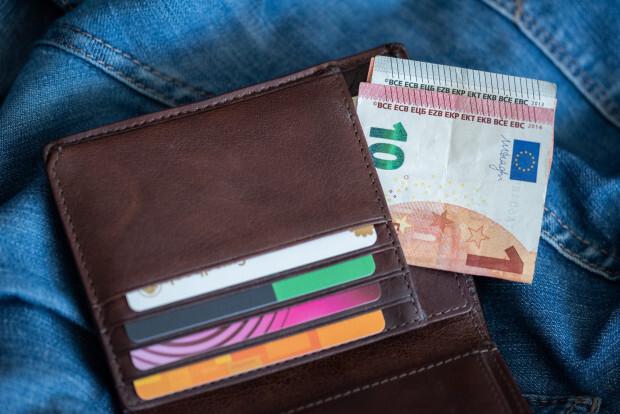 Ceturtā daļa strādājošo pēc nodokļu nomaksas saņem 450 eiro