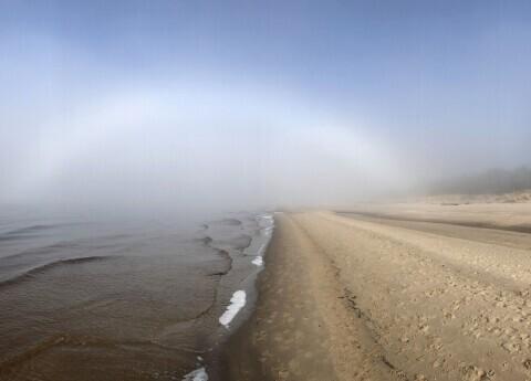 Latvijā novērota reta dabas parādība: miglas varavīksne
