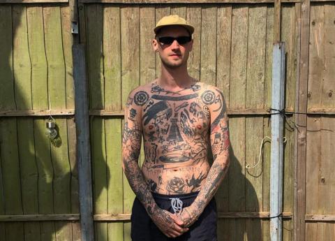 Londonietis katrai pašizolācijas dienai velta jaunu tetovējumu uz sava ķermeņa