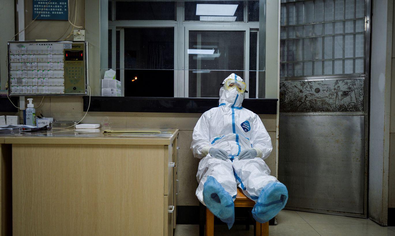 """Ar """"Covid-19"""" varētu inficēties divas trešdaļas pasaules iedzīvotāju, brīdina PVO eksperts"""
