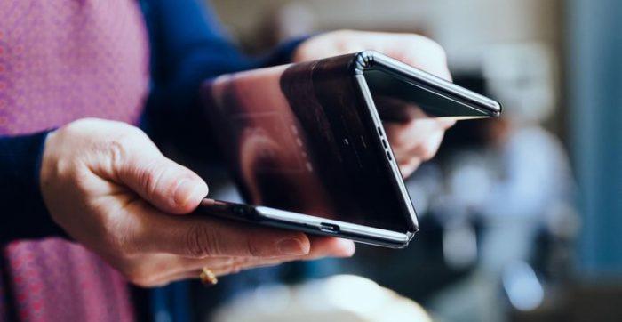 Samsung varētu ražot trīs ekrānu salokāmo tālruni, bet mēs neesam tam gatavi