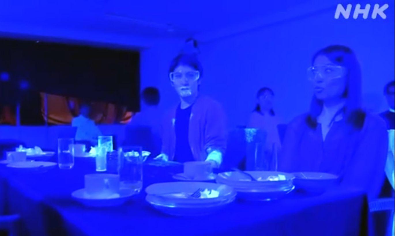 Eksperiments, kas liks aizdomāties: kā sabiedriskās vietās izplatās mikrobi