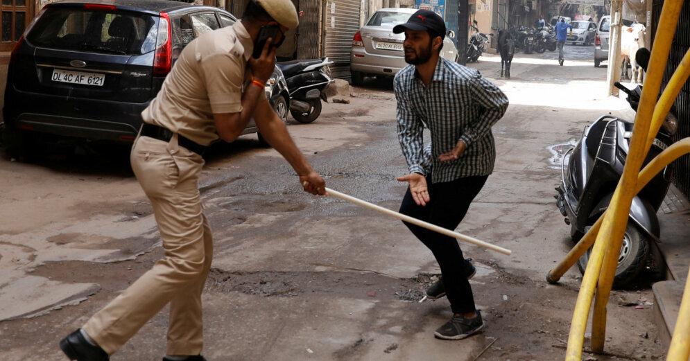 Video: Indijas ielās policisti ar nūjām sit pašizolāciju neievērojošos iedzīvotājus