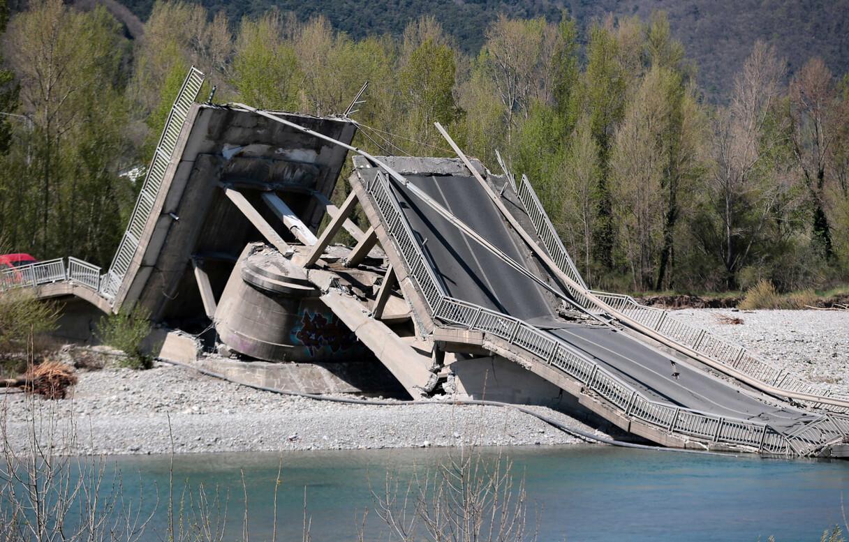 Foto: Itālijā sabrūk tilts; braucēji brīnumainā kārtā izdzīvo
