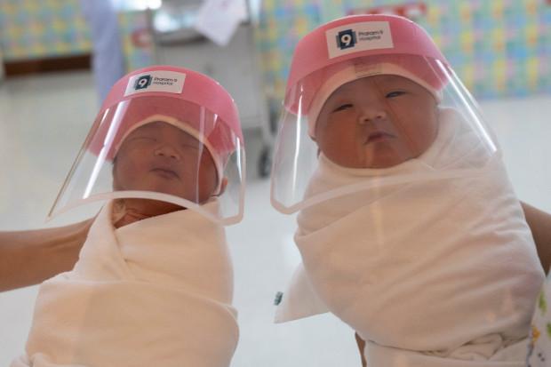 Foto (11): Kā jaundzimušos no Covid-19 sargā Bangkokā