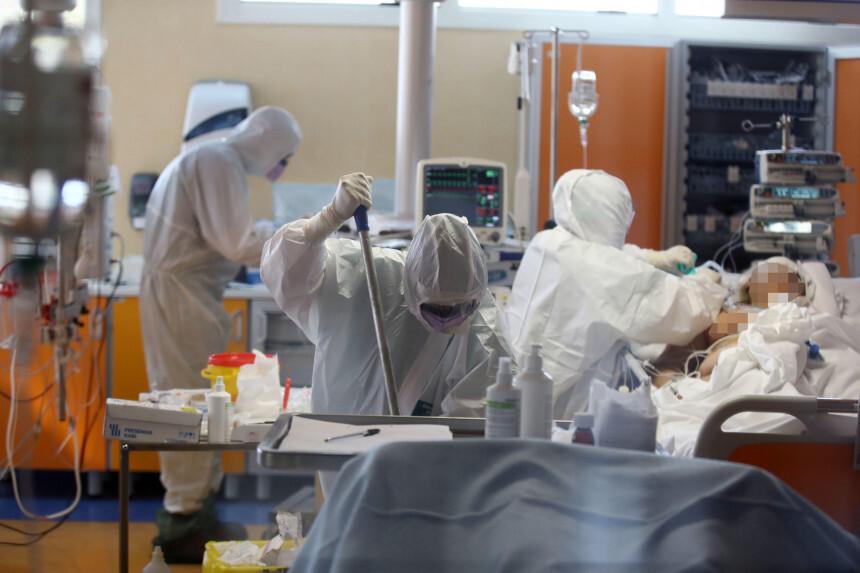 Medmāsa Itālijā, uzzinot, ka inficējusies ar Covid-19, izdara pašnāvību