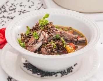 Melno lēcu zupa ar truša gaļu