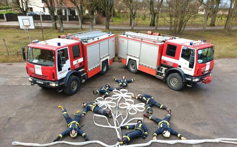 Siguldas ugunsdzēsēji oriģinālā veidā iepriecina Latvijas sievietes 8. martā