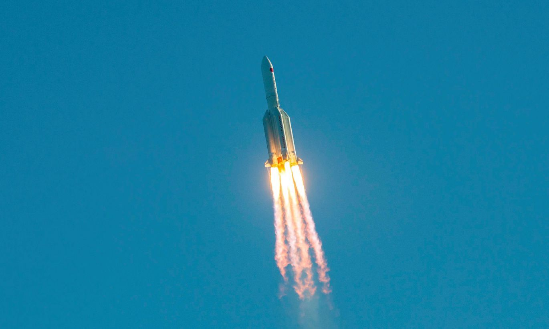 Uz Zemes nekontrolēti nogāzusies Ķīnas kosmosa raķete