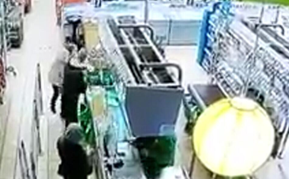 VIDEO: Agresīvs pircējs veikalā Ozolniekos pagrūž aiz viņa stāvošu pensionāri