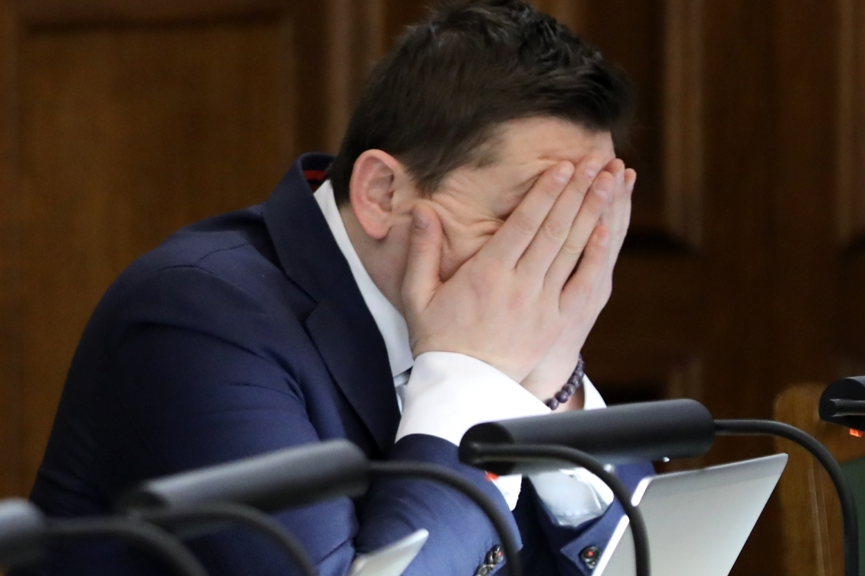 """VIDEO: Artuss Kaimiņš atklāj, ka par deputāta algu nākas dzīvot """"no rokas mutē"""""""