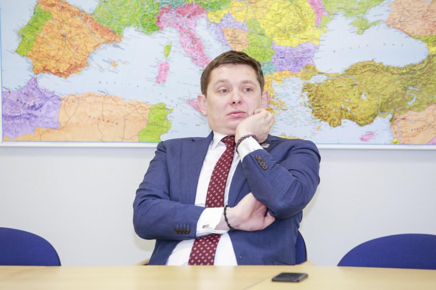 VIDEO: Kaimiņš Iekšlietu ministram praktiski sejā iebāž rokas vidējo pirkstu