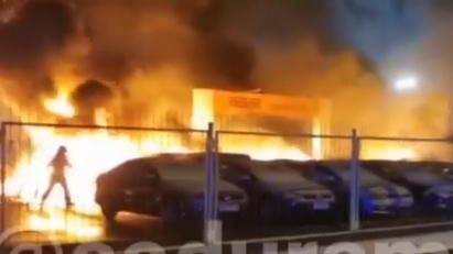 VIDEO: Rīgā automašīnu tirdzniecības placī sadeg 21 automobīļi